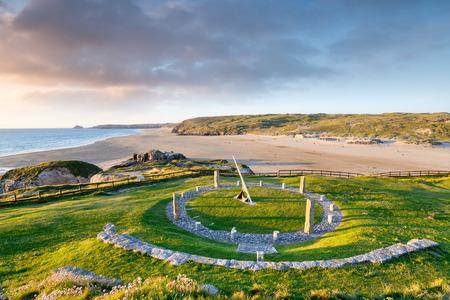 sonnenuhr: Eine riesige Sonnenuhr �ber dem Strand von Perranporth in Cornwall Lizenzfreie Bilder