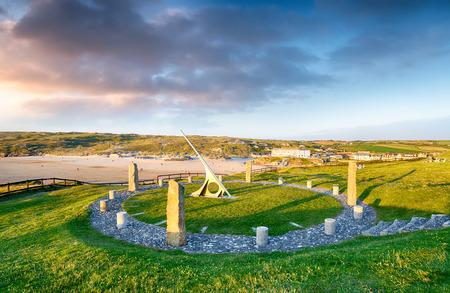 cadran solaire: Un cadran solaire g�ant surplombant la plage de Perranporth � Cornwall, construit dans le cadre des c�l�brations du mill�naire de dire le temps Cornish plut�t que de Greenwich Mean Time Banque d'images