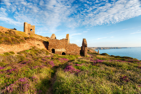 south west coast path: Summer on the South West Coast path at Wheal Coates tin mine ruins near St Agnes in Cornwall Stock Photo