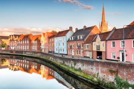 dach: Hübsches Stadthäusern mit Blick auf den Fluss Yare bei Norwhich in Norfolk mit thecathedral Kirchturm im Hintergrund