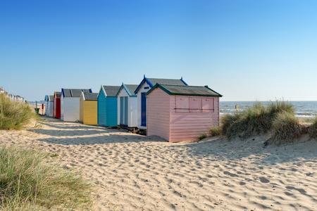 서퍽 해안에 Southwold에서 다채로운 해변 오두막