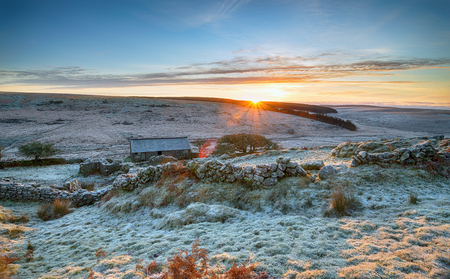 old barn in winter: Stunning winter sunrise on a frosty morning over and old stone barn on remote moorland