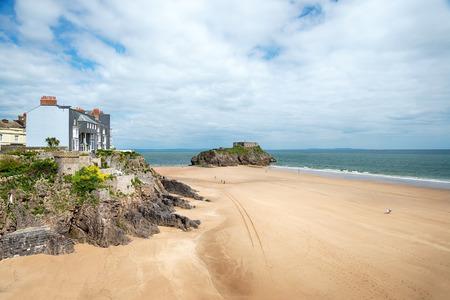 웨일즈의 Pembrokeshire 해안에있는 St Catherine 's Island와 Fort가있는 Tenby의 해안가 스톡 콘텐츠