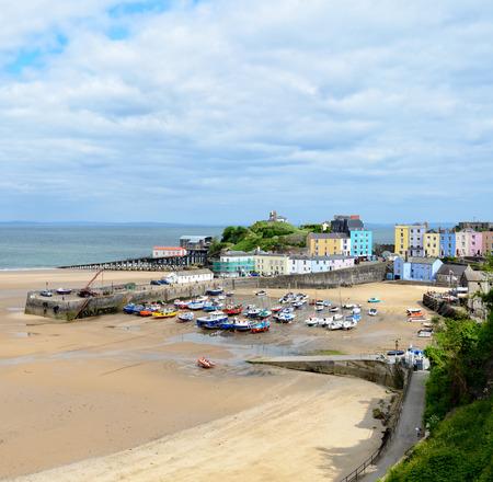 웨일즈의 Pembrokeshire 해안의 아름다운 낚시 포트 인 Tenby에서 항구에 다채로운 seafront 하우스