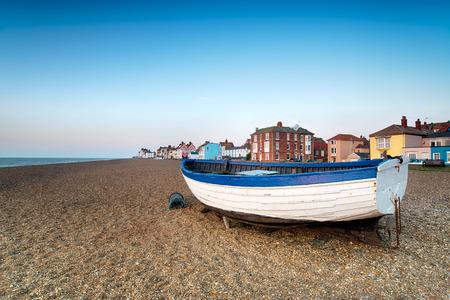 Vissersboten op het strand van Aldeburgh aan de kust van Suffolk