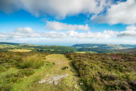 Het uitzicht vanaf Dunkery Beacon, het hoogste punt van Exmoor en Somerset en kijkt uit naar de kust. Stockfoto