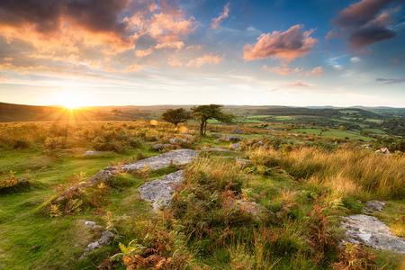 Overweldigende zonsondergang vanaf Combestone Tor op Dartmoor in Devon