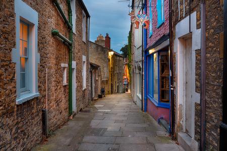 empedrado: Noche en la calle de Paul en Catalina Hill en Frome en Somerset