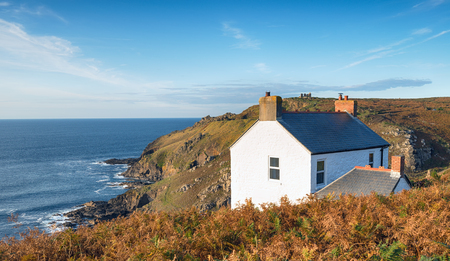 A cottage on the cliffs at Cape Cornwall on the Cornish coastline Imagens