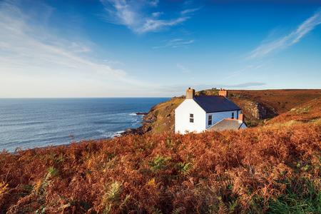 Un cottage blanc sur les falaises du cap Cornwall près de la côte de St Just on the Cornish