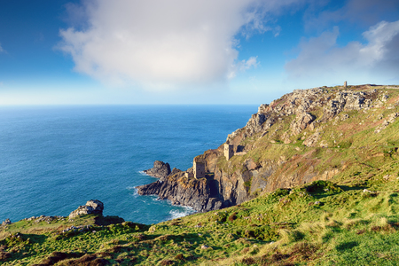 lejos: Old engine houses perched on cliffs at Botallack in the far west of Cornwall