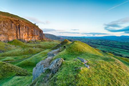Kalksteenkliffen op de Llangattock-steile helling in de Brecon Beacons net ten zuiden van de Usk-vallei en met uitzicht op Crickhowell