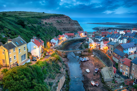 Il grazioso villaggio di pescatori di Staithes vicino a Scarborough, sulla costa del North Yorkshire Archivio Fotografico