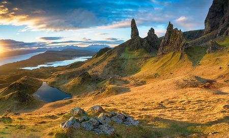 Atemberaubender Sonnenaufgang über den Felsspitzen des Old Man of Storr auf der Insel Skye in Schottland