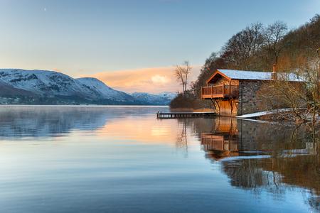 Sonnenaufgang am alten Bootshaus an der Pooley Bridge am Ufer des Ullswater im Lake District in Cumbria