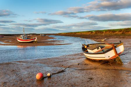 Barcos en el muelle de Burnham Overy Staithe en la costa de Norfolk Foto de archivo