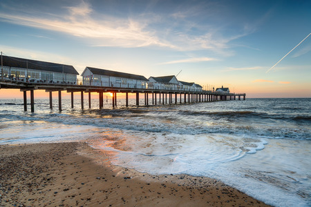 Sunrise over the pier at Southwold on the Suffolk caost Banco de Imagens