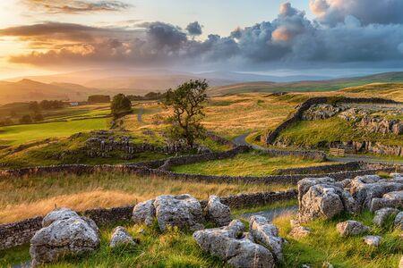 Ein wunderschöner Sonnenuntergang über dem Yorkshire Dales National Park bei den Winskill Stones in der Nähe von Settle