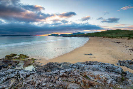 Sunset at the beautiful Traigh Lar beach at Seilebost on the Ilse of Harris in the Outer Hebrides of Scotland Stock fotó