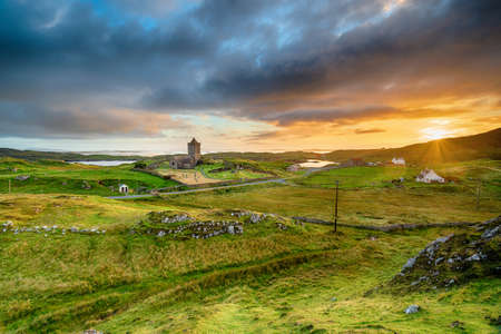Sunset over Rodel and St Clement's Church on the Isle of Harris in the Outer Hebrides of Scotland Stock fotó