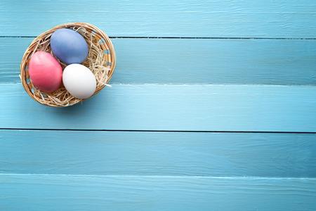 bodegones: Easter eggs lie in a basket on a wooden background