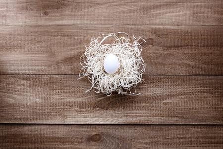 bodegones: Los huevos de Pascua se encuentran en una cesta en un fondo de madera