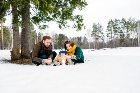 palle di neve: gli stampi di famiglia palle di neve contro un bosco d'inverno