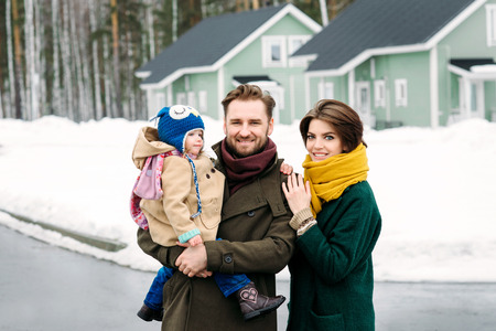 happy family against a country house Imagens