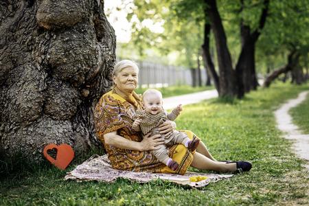 vejez feliz: Abuela y nieta felices o la vejez