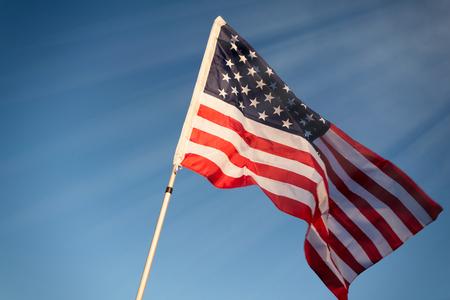 空の背景にアメリカの国旗