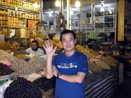frutas secas: CHINO MAN_SHAKING SU HANDS_IN LA SECA FRUTAS DEL MERCADO HOY VIERNES 03092012 _SADDAR KARACHI PAKISTAN Editorial