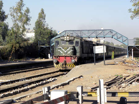 karachi: UP COMING TRAIN AT RAILWAY CROSSING TODAY ON FRIDAY 932012  KARACHI PAKISTAN