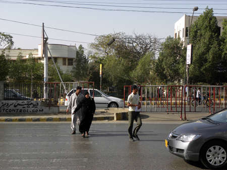 LOCAL_PEOPLE_CROSSING_ROAD_IN UPCOMING_TRAFFIC_WITHOUT ANY SAFETY_TODAY ON   THURSDAY_1532012