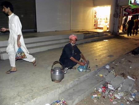 PAKISTANKARACHI_LOCAL OLD MAN SELLS GREEN TEA BY ROAMS IN STREET AND ROADS TO EARN MONEY FOR HIS LIVELIHOOD WHEN THE FOOD OF GOODS PRICES INCREASING DAY BY DAY TODAY ON THUESDAY 17 APRIL 2012 IN KARACHI TARIQ ROAD