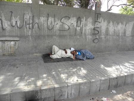 PAKISTANKARACHI_HOMELESS MAN SLEEPING ON THE SIDE OF THE ROAD TODAY ON THURSDAY 3 APRIL 2012  IN KARACHI