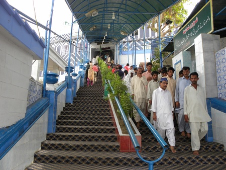 PAKISTANKARACHI_PEOPLE COMING DOWN FROM STAIRS IN ADUBLA SHAH GHAZI MAAZAR TODAY ON SUNDAY 13 MAY 2012