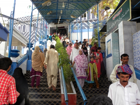 PAKISTANKARACHI_PEOPLE COMING DOWN AN GOING UP FROM STAIRS IN ABDULA SHAH GHAZI MAZAR TODAY ON SUNDAY 13 MAY 2012