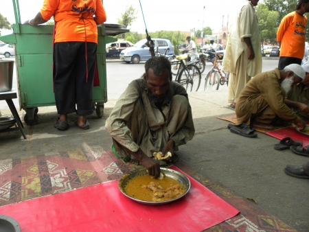 PAKISTANKARACHI_OLD POOR MAN EATS FOOD AT THE SAYLANI WEFARE TRUST INTERNATIONAL WELFARE TRUST PROVIDING FOOD TWICE A DAY FOR POOR AN NEEDY PEOPLE TODAY ON SUNDAY 20 MAY 2012