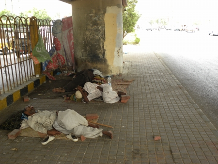 PAKISTANKARACHI_HOMELESS PEOPLE SLEEPING IN UNDER FAY OVER DUE TO UNPLOYMENT & POORNESS  AN HOMESS TODAY ON WEDNESSDAY 13 JUNE 2012 IN KARACHI
