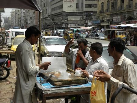 PAKISTANKARACHI_LOCAL ICE MAN COUNTING MONEY FOR COUSTOMER TODAY ON THURSDAY 21 JUNE 2012 IN KARACHI                                Editorial