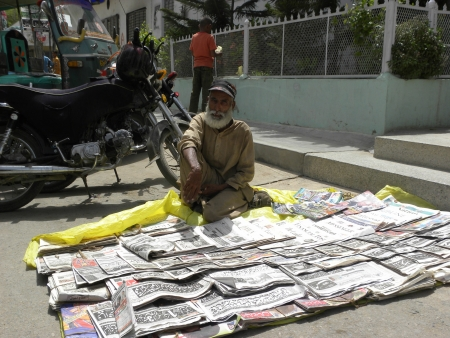 PAKISTANKARACHI_OLD MAN SALE NEWS PAPER DOWN ON GROUND AT OUT SIDE OF MUSQUE TODAY ON WEDNEWSDAY 27 JUNE 2012 IN KARACHI