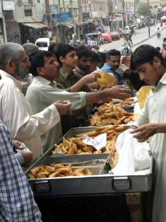 PAKISTANKARACHI_PEOPLE BUYING PAKISTANI SNACK AND SAMOSAS FOR EAT,SAMOSAS ARE TRADITIONAL SNACKS OF PAKSITANI PEOPLE ESPECIALLY IN RAMADAM TODAY ON THUESDAY 24 JULY 2012     Editorial