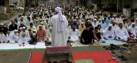 imam: PAKISTANKARACHI_ AFTER EID UL FITR NAMAZ (PRAYERS) IMAM RECITE THE HOLY QURAN. WHICH PEOPLE LISTEN QUIETY TODAY ON MONAY 20 AUAGUST 2012 IN MEHMOODABAD KARACHI                                Editorial