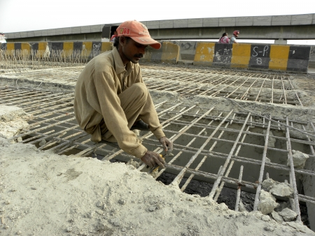 PAKISTAN/KARACHI_PAKISTANI LABOUR WORKING ON CONSTRUCTION SIDE HERE ON TUESDAY 16 OCTOBER 2012 IN KARACHI MARIPUR ROAD