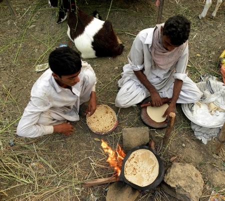 atta: PAKISTAN  KARACHI_TWO MALE PAKISTANO FARE Roti Roti � generalmente un PANE sud-est asiatico a base di farina macinata a pietra INTEGRALE TRADIZIONALMENTE SAPERE COME FARINA ATTA QUI GIOVEDI '18 OTTOBRE 2012 a Karachi BAKRA MANDI Editoriali