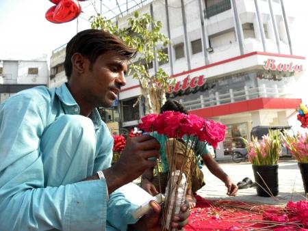 Karachi, Pakistan : PAKISTANI PREPARE FLOWERS TO BE SOLD FOR UPCOMING VALENTINE