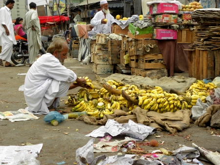 KARACHI:PAKISTAN_FRUIT SELLER ANRRGING FRESH FRUITS IN EARLY MORNING WHILE OTHER PEOPLE BUSY IN THEIR WORK HERE ON SUNDAY 5 MAY 2013