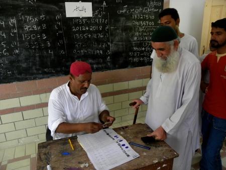 encuestando: PAKIST�N HOMBRE SANTO SENIOR HACE SU MARCA PULGAR antes de emitir su voto en el colegio electoral en Karachi Pakist�n el S�bado 11 MAY 2013