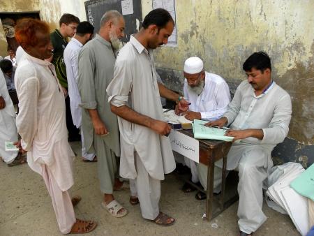 encuestando: Paquistan� deja su huella PULGAR antes de emitir su voto en el colegio electoral en Karachi, Pakist�n, el S�bado 11 MAY 2013