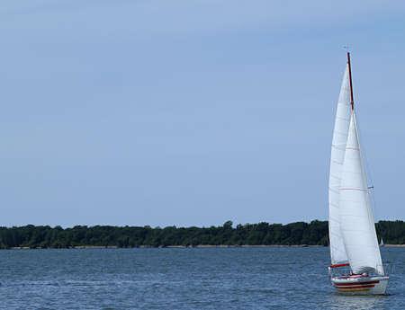 encrespado: Los grandes barcos de vela a lo largo de carrozas en picado un poco la superficie del lago